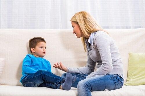 Mãe conversando com seu filho pequeno