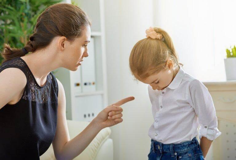 Mãe brigando com sua filha
