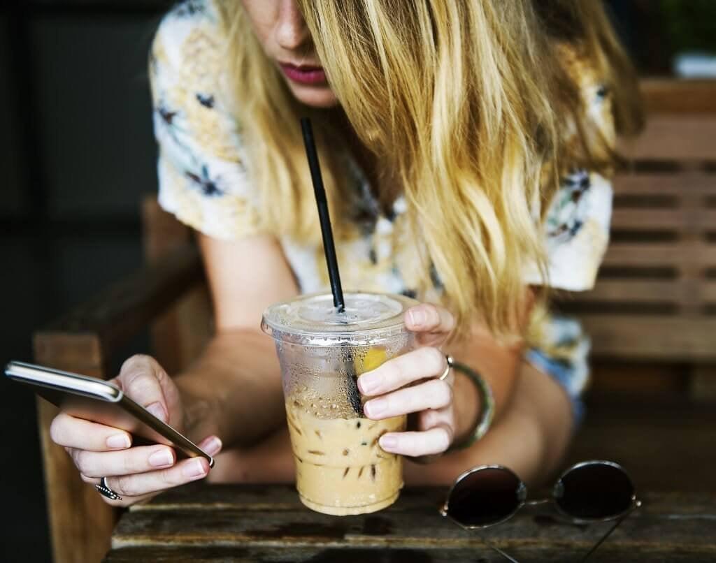 Jovem nas redes sociais tomando um café