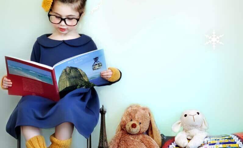 Criança inteligente lendo um livro