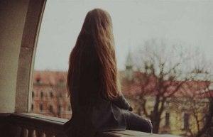 Jovem com síndrome da solidão crônica