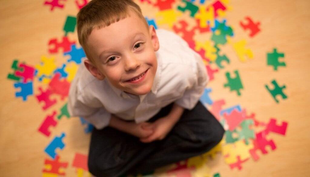 Menino com autismo