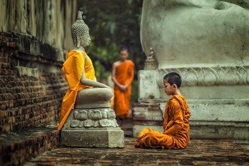 Monges budistas rezando