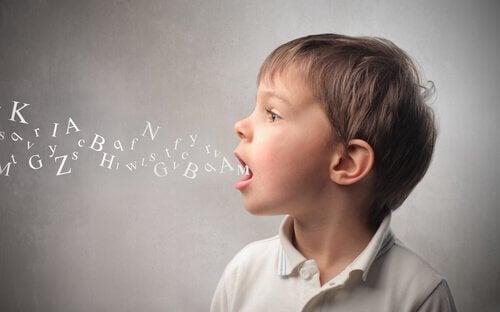 Criança aprendendo palavras