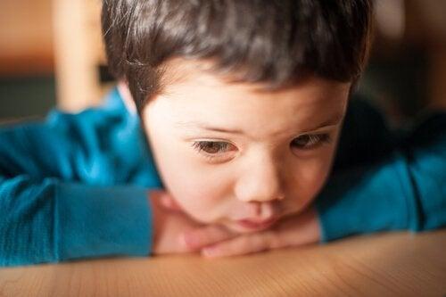 O que há por trás de uma criança quieta?