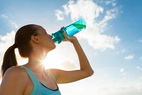 5 motivos pelos quais você deve beber água de acordo com a ciência