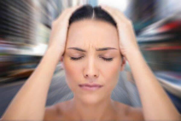 Mulher sofrendo de dores de cabeça