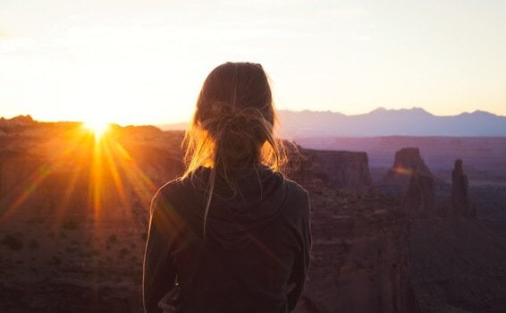 Mulher observando pôr do sol