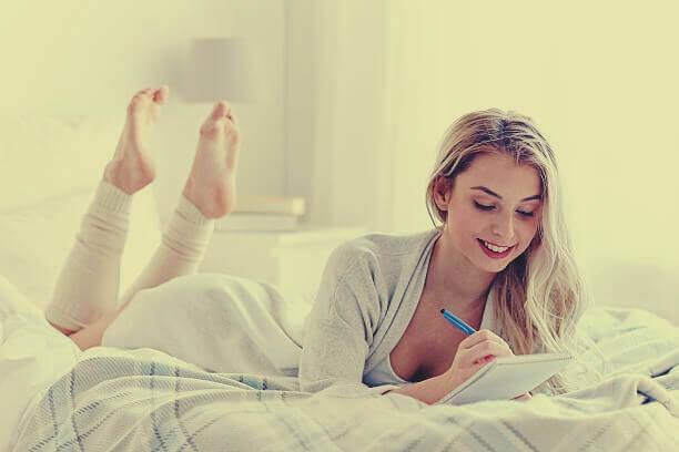 Mulher escrevendo em seu diário