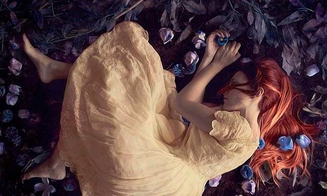 Mulher deitada em folhas