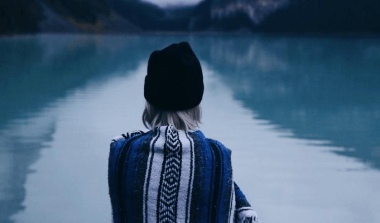 Mulher em lago calmo e sereno