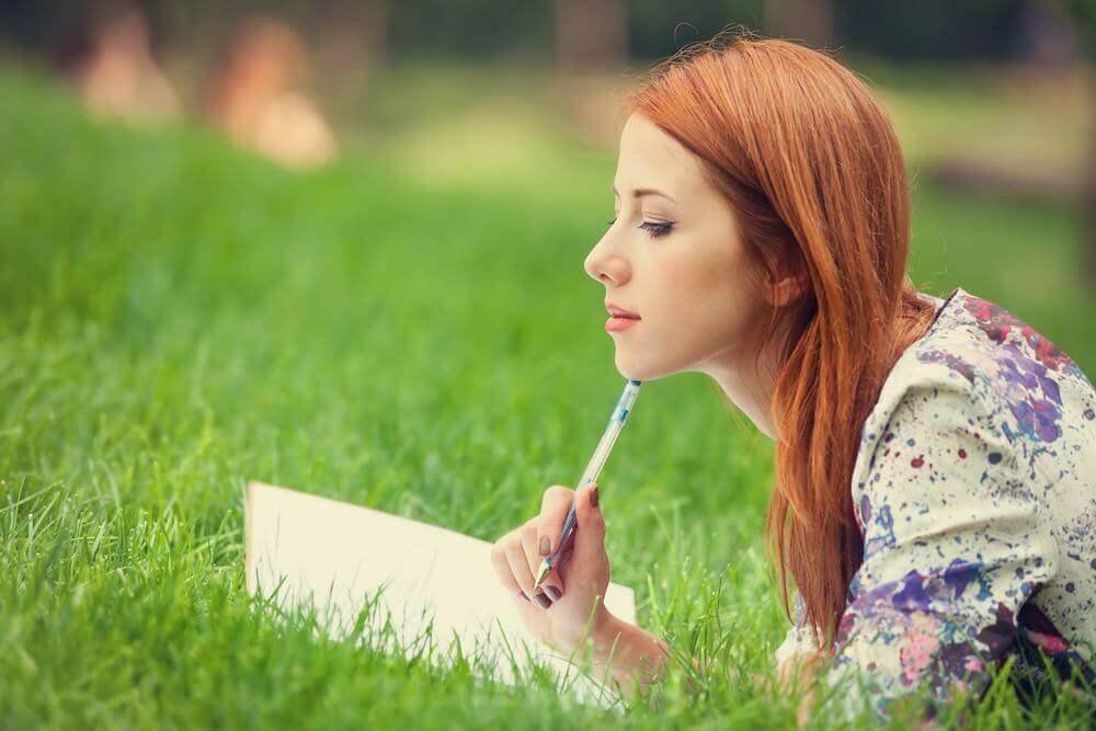Mulher escrevendo em um caderno