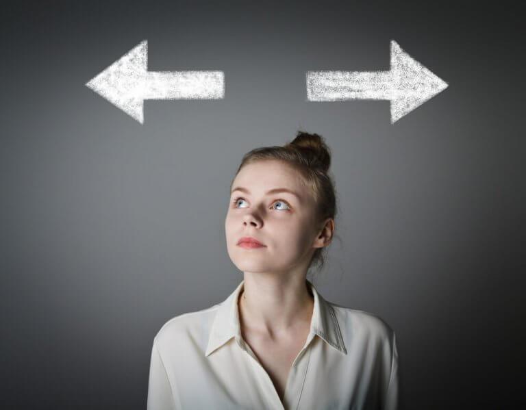 Mulher pensando em uma decisão