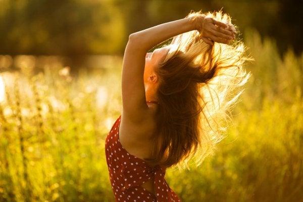 Mulher feliz e plena na natureza