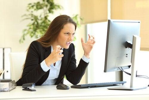Mulher impaciente no trabalho