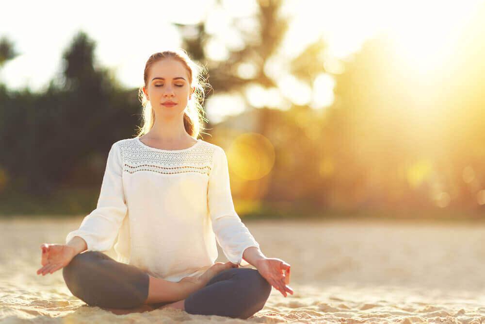 Mulher meditando para reduzir as preocupações