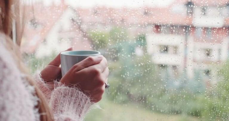 Apreciar o som da chuva com uma xícara de chá