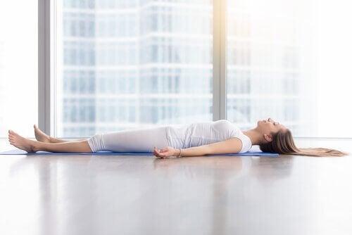 Mulher praticando ioga nidra