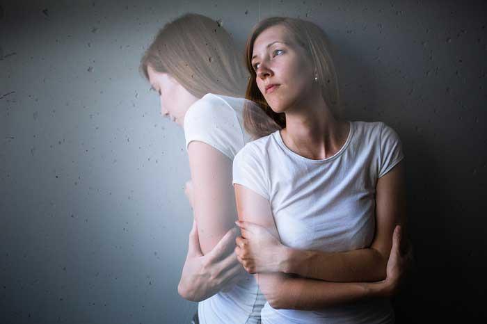 Mulher com transtorno de desrealização