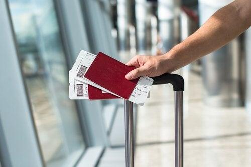 Pessoa aguardando seu voo em aeroporto