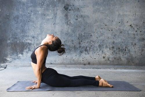 Mulher fazendo hatha yoga