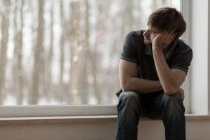 Homem com síndrome da solidão crônica