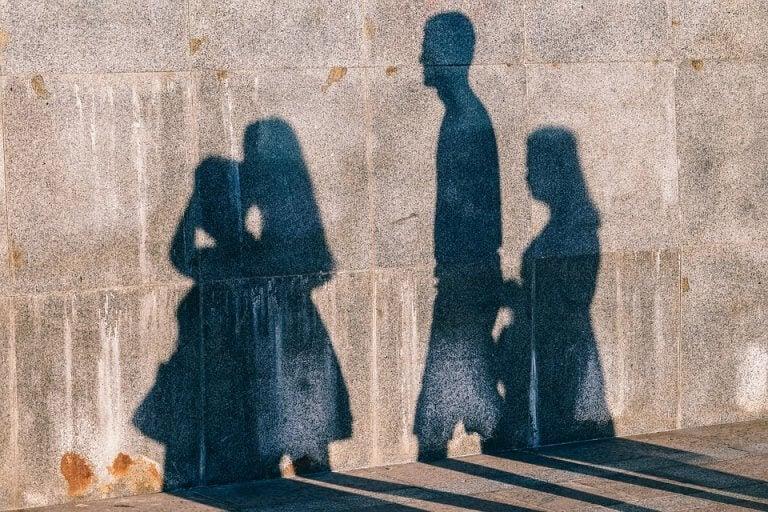 Sombras de pessoas refletidas na parede