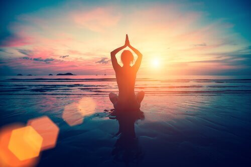 Fazer ioga na praia