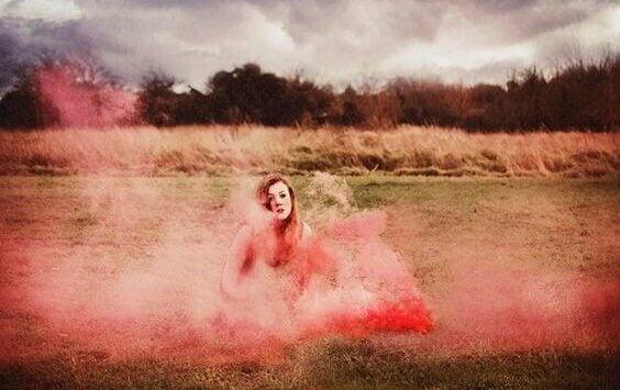 Mulher com fumaça cor-de-rosa