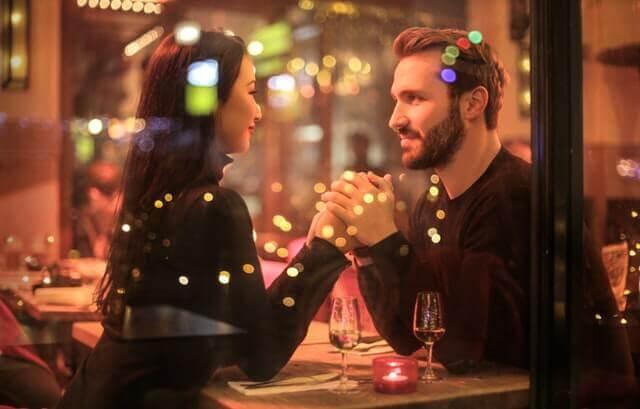 Casal em um restaurante após reconciliação