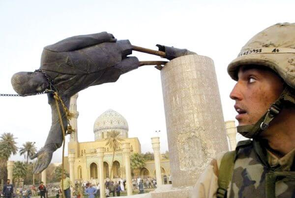 Estátua sendo derrubada
