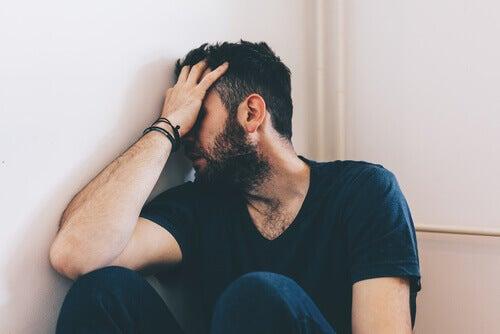 Homem sofrendo com crise de abstinência