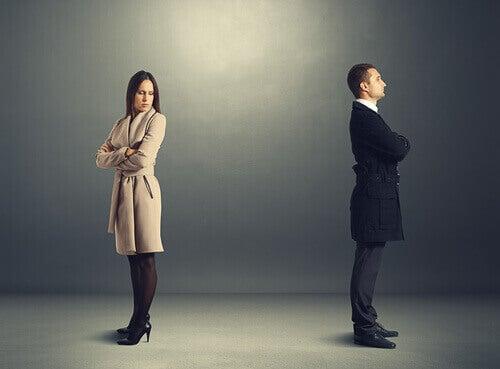 Homem e mulher com ódio à primeira vista