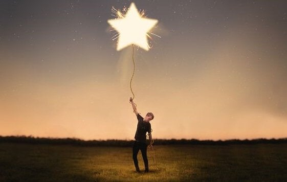 Homem segurando estrela no céu