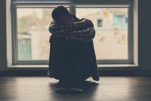 Homem sofrendo de transtorno delirante