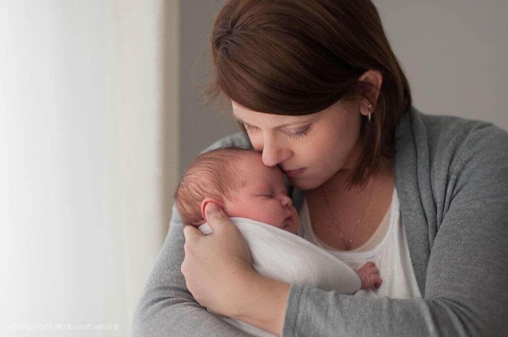 Mãe segurando seu filho bebê