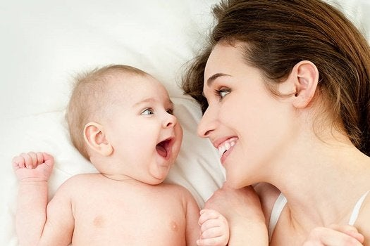 Mãe sorrindo para filho bebê