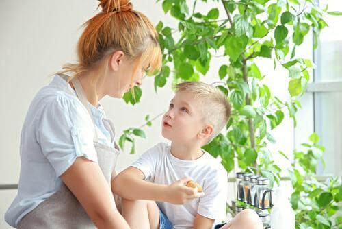 Mãe conversando com seu filho
