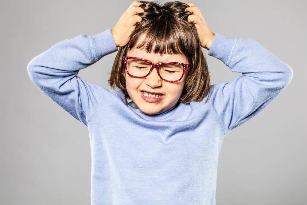 Criança com tricotilomania