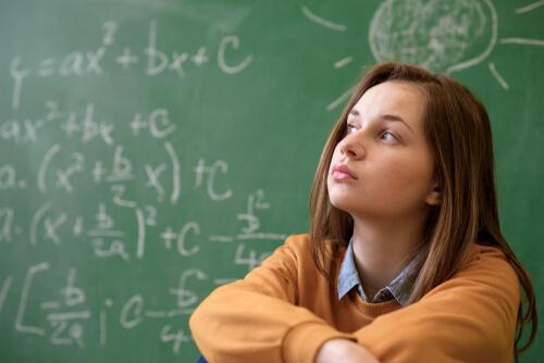 Jovem estudando matemática