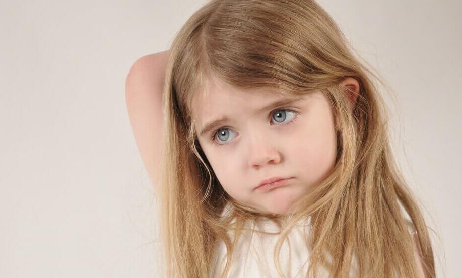 Criança sofrendo por ter pais emocionalmente ausentes
