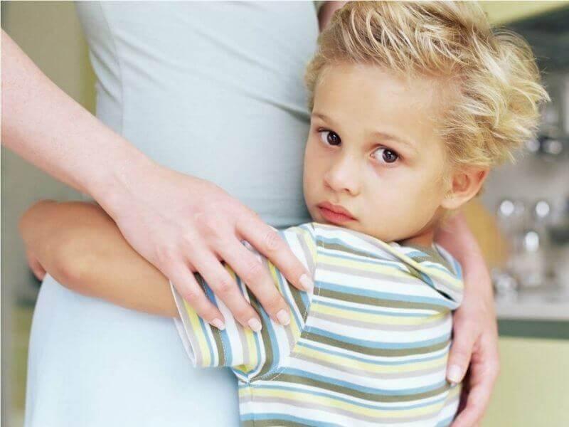 Filho abraçado com sua mãe