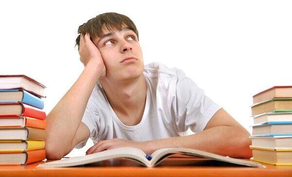 Adolescente entediado na escola