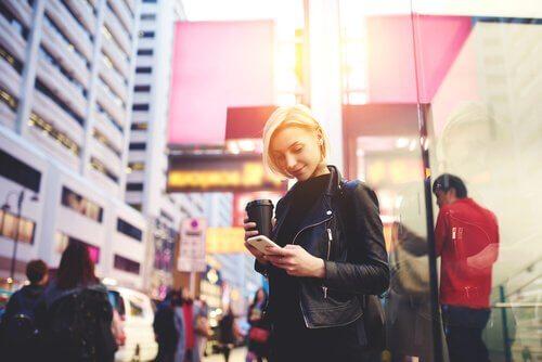 Zumbis digitais: seres que andam olhando o celular