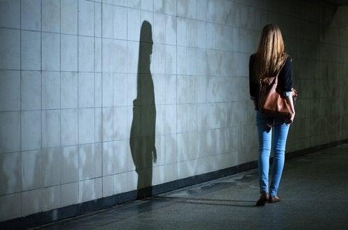 Mulher andando sozinha a noite