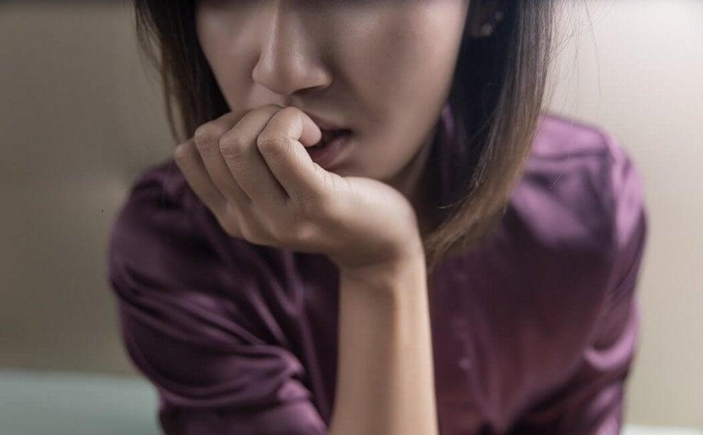 Mulher com transtorno de ansiedade por separação