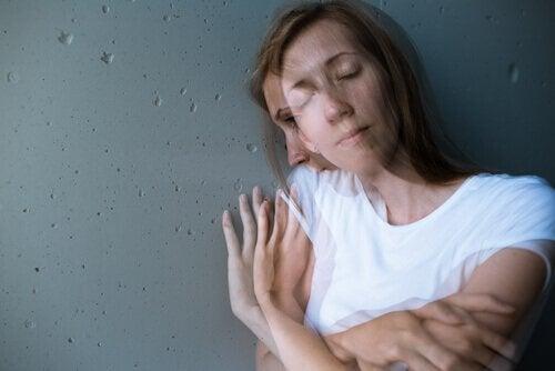 Mulher com sintomas de transtorno delirante