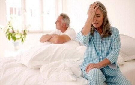 Mulher com menopausa preocupada