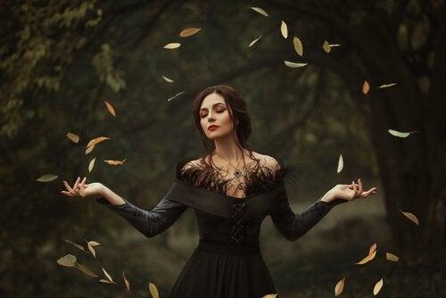 Mulher na floresta com folhas voando