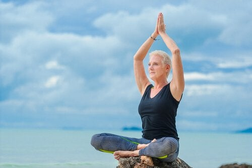 Mulher meditando na terceira idade